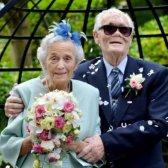Um casal de 89 anos de idade amarrar o nó, o que prova que o amor não tem idade!