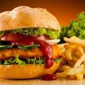 Todo mundo (especialmente adolescentes) é amplamente subestimar as calorias em fast food