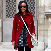 Dentro do saco de ginásio uma editora de moda