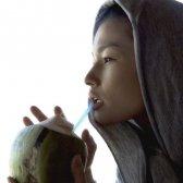 Kimberly Snyder beber água de coco (de um coco real)
