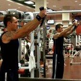 Melhores exercícios de ombro para a massa homens edifício