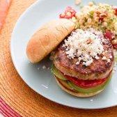 Turquia quente Burger estilo mexicano com salada de tomate milho [receita]