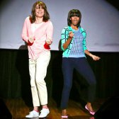 Michelle Obama bustos um movimento com Jimmy Fallon