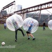 Jogar futebol em um balão bolha inflável para resultados hilariantes