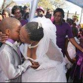 menino Africano do Sul, 9, esposa de 62 anos, uma mulher!