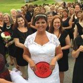 O livro recorde mundial Guinness para a maioria das damas de honra em um casamento subiu para 168 127!