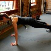 5 exercícios abdominais que são melhores do que flexões